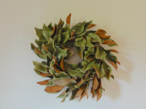 Learn how easy it is to make a magnolia wreeath whether you are using dried or fresh leaves #wreath #diy#craft http://lehmanlane.net