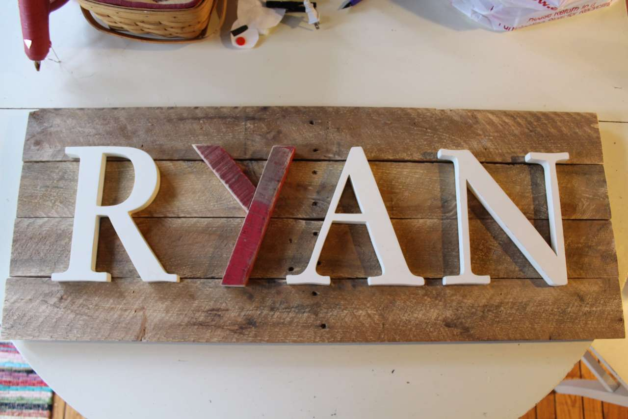 DIY - Pallet Sign - check out how I made this super easy Pallet sign in one hour!