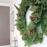 DIY Simple Christmas Wreath - no glue gun required in less than 10 mins! #diy #wreath #christmaswreath