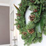 DIY Simple Christmas Wreath - no glue gun required in less than 10 mins! #diy #wreath #christmaswreath